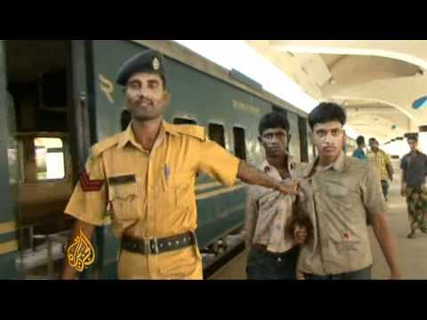 Bangladesh's risky 'roof riders'